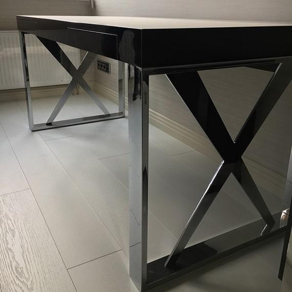 Офисные столы с металлическими ножками